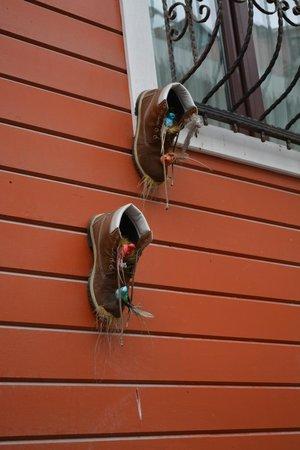 Angel's Home Hotel : птички свили гнездышки под нашим окном