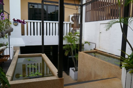 Rattana Beach Hotel : Вид со стороны бассейна