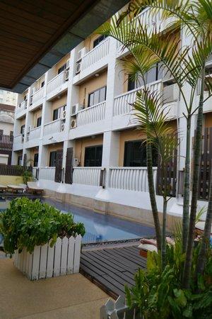 Rattana Beach Hotel : Вид на здание со стороны бассейна