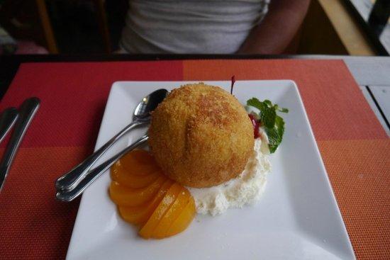 Rattana Beach Hotel: Блюдо в ресторане отеля - запеченное мороженое-очень вкусно!
