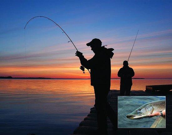 Kesagami Wilderness Lodge: Evening fishing off the dock at Kesagami