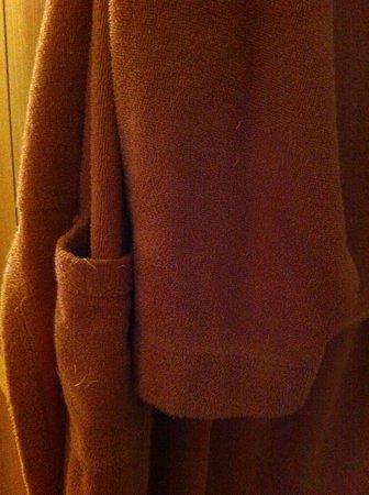 Waldhotel Tannenhauschen: Bademantel mit einigen der zig gezogenen Fäden