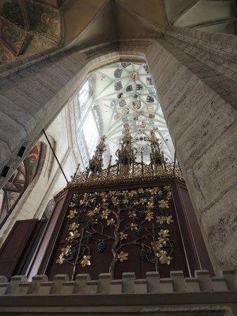 Cathedral of St. Barbara: vitrais lindos
