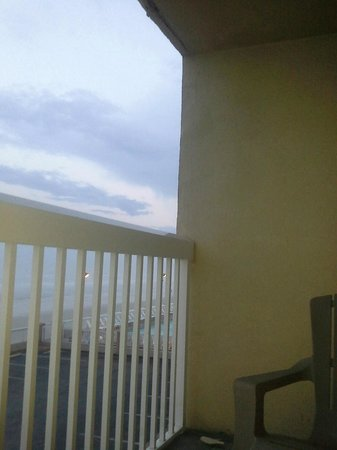 Hampton Inn Daytona Shores - Oceanfront: crumbling facade around balcony of room at Hampton Inn Daytona Shores