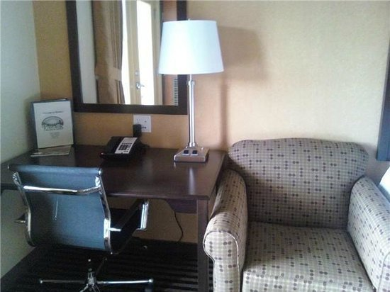 Howard's Lakeshore Inn: Desk with chair for your business needs.