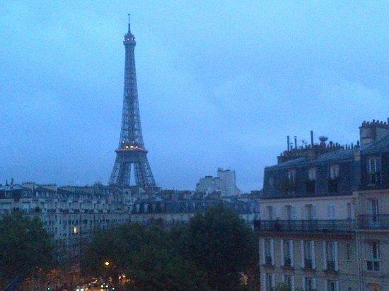Hotel Splendid Tour Eiffel: Tour Eiffel...view from my room!