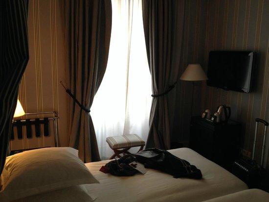 Mercure Paris Champs Elysees: Vue de la chambre 107