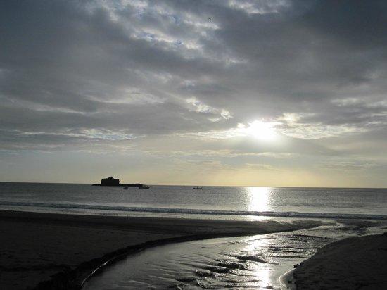 Hostal Villa Mar: Vista panoramica del hotel a la playa