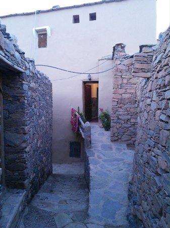 Tizourgane Kasbah: Alley outside hotel