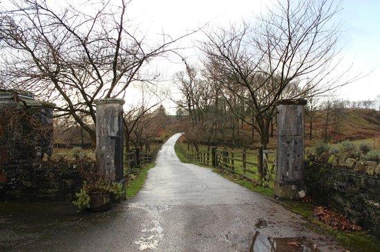 Graythwaite Cottages: Entrance to Courtyard