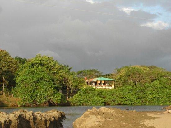 Hostal Villa Mar: Vista de la playa al hotel