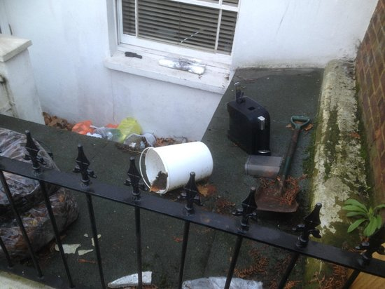 Ealing Green B&B: it would only take 5 minutes to clean up the unappealing first view of the place