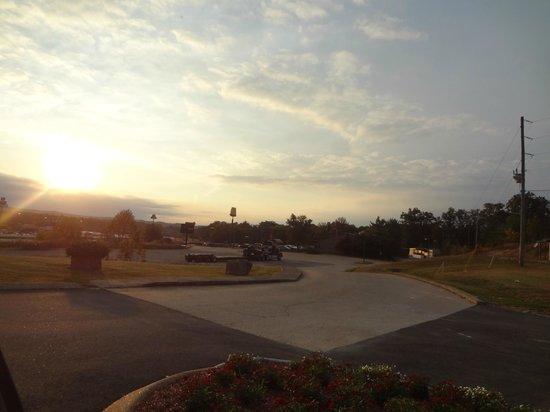Holiday Inn Express Hurricane Mills (Waverly): far off the road walk down to loretta lynn restaurant