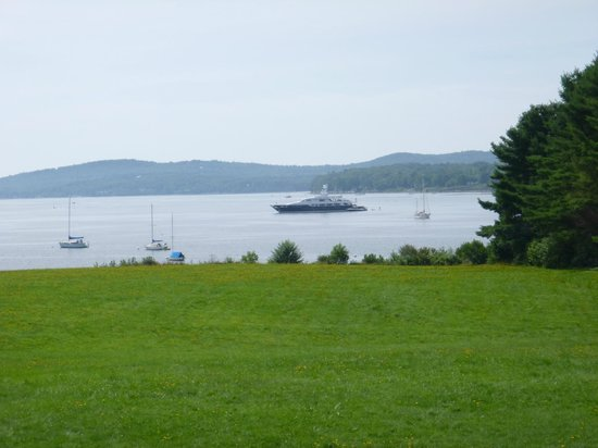 Belfast Harbor Inn: The view of the Bay from the parking lot