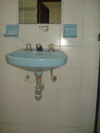Park Hotel : Lavamanos y espejo manchado