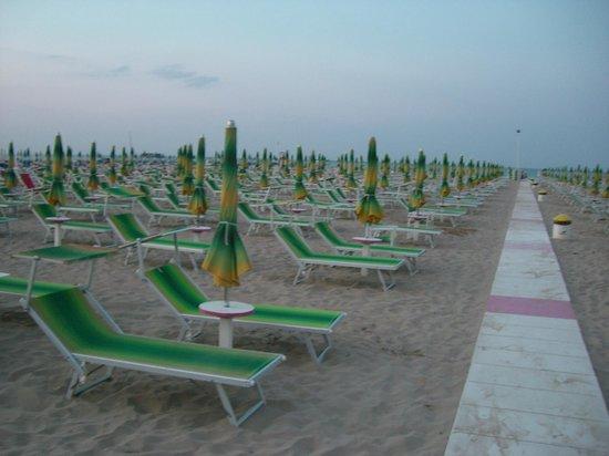 Hotel St. Pierre : пляж рядом с отелем St.Pierre, Rimini
