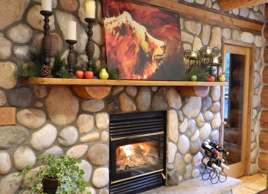 The Silver Lake Lodge: Fire place in the dining room
