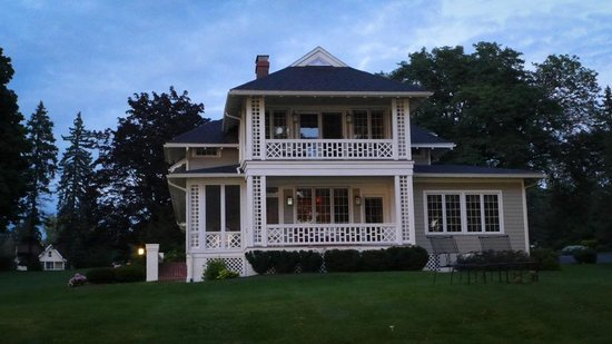 Lakeside Bed and Breakfast: view of the b&b from the lake shore