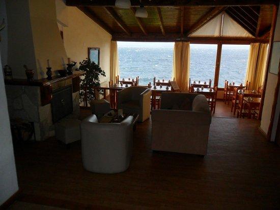 Costas del Nahuel Hosteria: salón de estar y comedor
