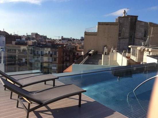 Hotel Olivia Balmes: Бассейн на крыше