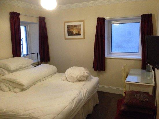 Ellan Vannin Hotel: Bedroom with excellent linen