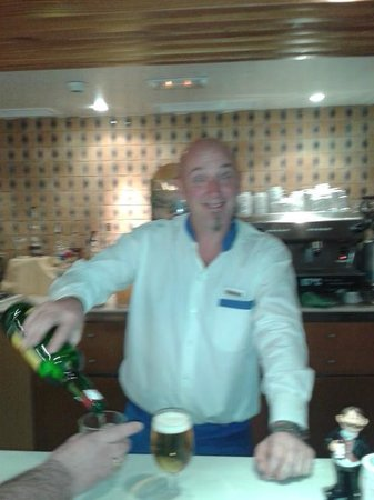 Suite Hotel Atlantis Fuerteventura Resort: carlos in lobby bar top bloke