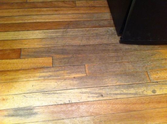 Design Suites Bariloche: piso gastado junto al frigobar