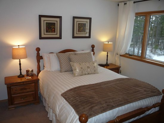 "Meadow Lake View Bed and Breakfast : The ""Conifer Suite"""