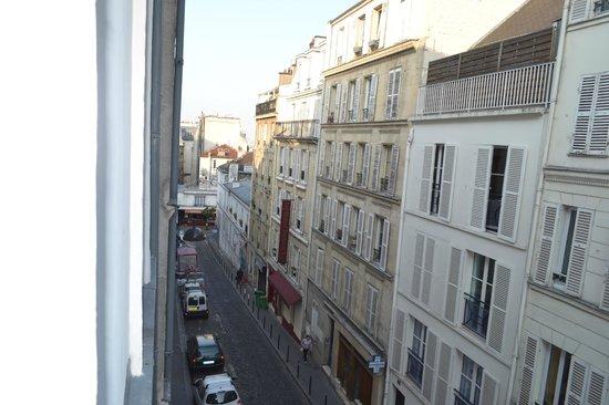 Comfort Hotel Place du Tertre: La salita della quale parlo nella recensione vista dalla camera