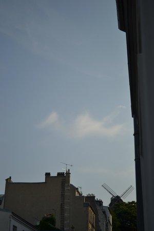 Comfort Hotel Place du Tertre: le moulin de la galette visto dalla finestra della camera