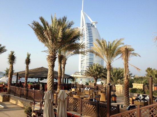 Jumeirah Mina A'Salam: Mina A'Salam pool bar and eating area