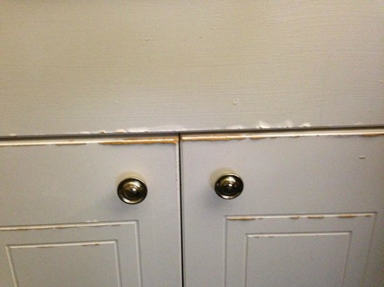 La Quinta Inn & Suites Orlando Convention Center: Bathroom cabinet doors