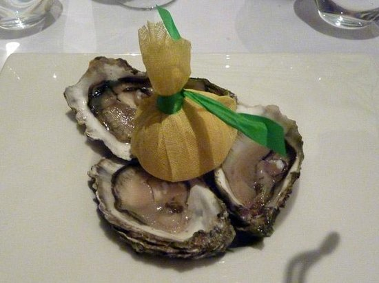 Restaurant Alcron: Three pieces of oysters Fine de Claire on ice with lemon