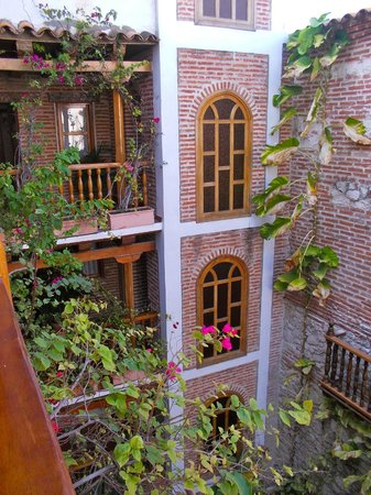 Hotel Don Pedro de Heredia : Inner courtyard of hotel around which rooms are located