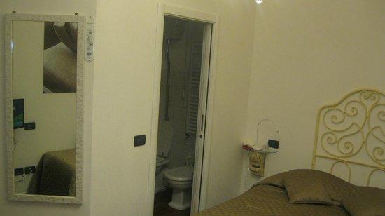 B&B Adriana2 : Parete con porta di accesso al bagno