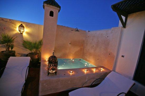 Riad Dar Ftouma: bassin le soir
