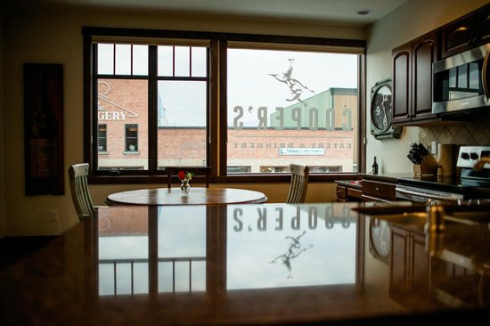 Whitefish Downtown Suites : Kitchen view overlooking downtown Whitefish