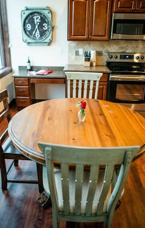 Whitefish Downtown Suites : Each suite has a kitchen and dining area