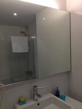 Pantone Hotel : Clean bathroom