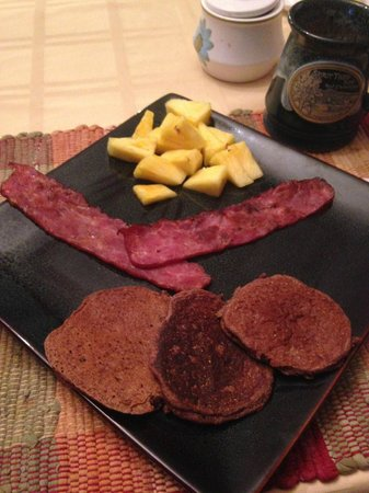 Spirit Tree Inn Bed and Breakfast: Breakfast morning one - Tom's signature mesquite pancakes and turkey bacon.