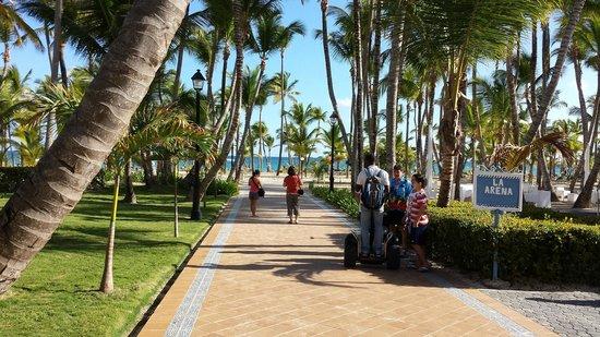 ClubHotel Riu Bambu: Walkway to the beach