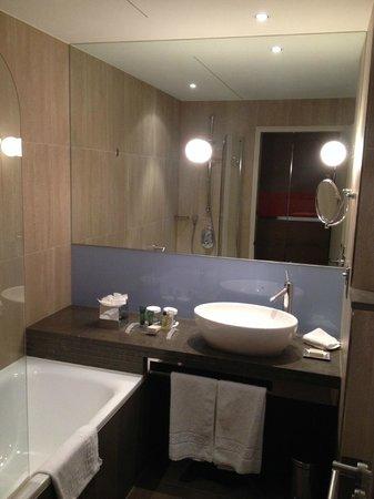 Hilton London Tower Bridge: the bathroom