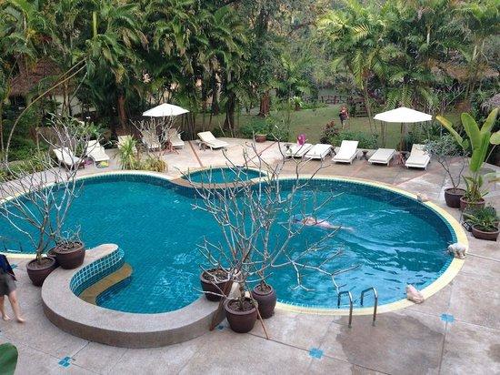 River Kwai Resotel: piscina di fronte alla reception