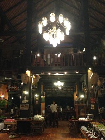 River Kwai Resotel : L'interno della reception/ristorante