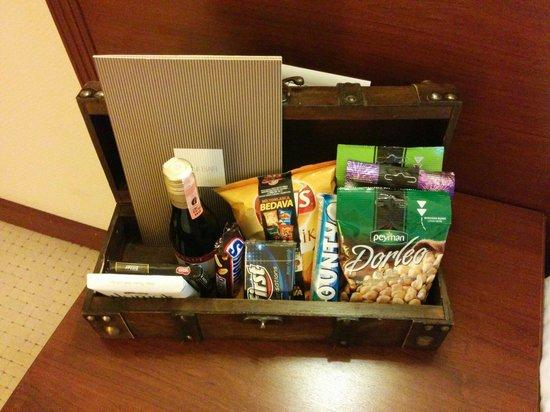 TAV Airport Hotel: Bedside snacks