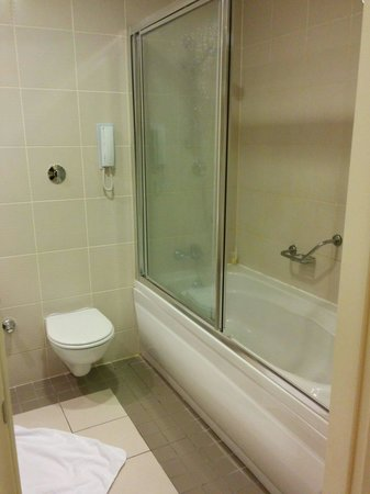 TAV Airport Hotel: Basic bathroom, all toiletries provided, good water pressure