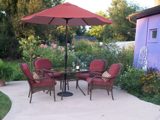 Willow House Cottage Suite : Relax on your private patio!