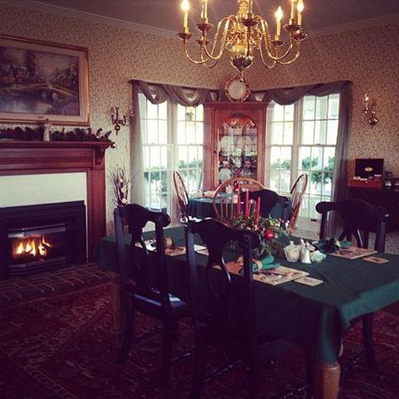 Brierley Hill Bed and Breakfast: Beautiful dining room (smaller tables not pictured)