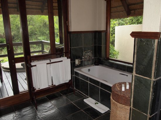 Sabi Sabi Little Bush Camp: Bath with partial view of private, outdoor jacuzzi