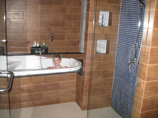 Aonang Phu Petra Resort, Krabi: la salle de bain